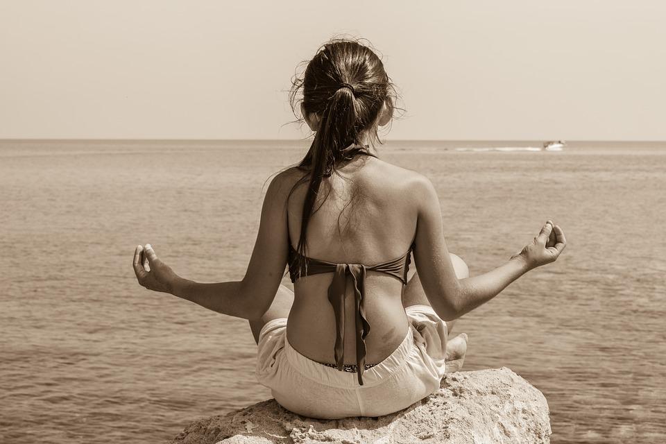 jeune fille méditant